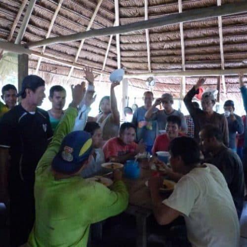 Arbeiter:innen von ACELPA beim gemeinsamen Essen nach Arbeitseinsatz (Bildrechte GLS Zukunftsstiftung Entwicklung)